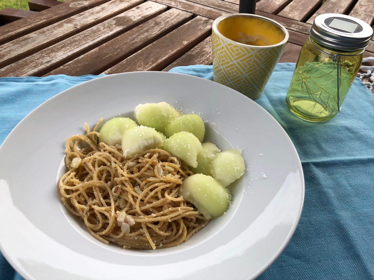 Gebratene Nudeln mit Melonenkugeln