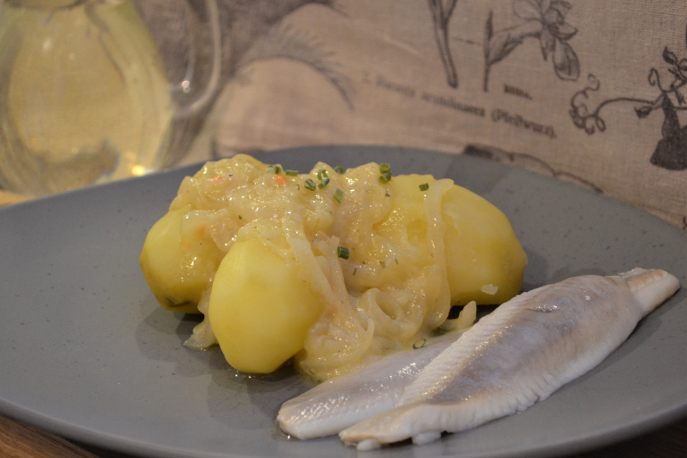 Kartoffeln mit Zwiebelsoße und Heringen