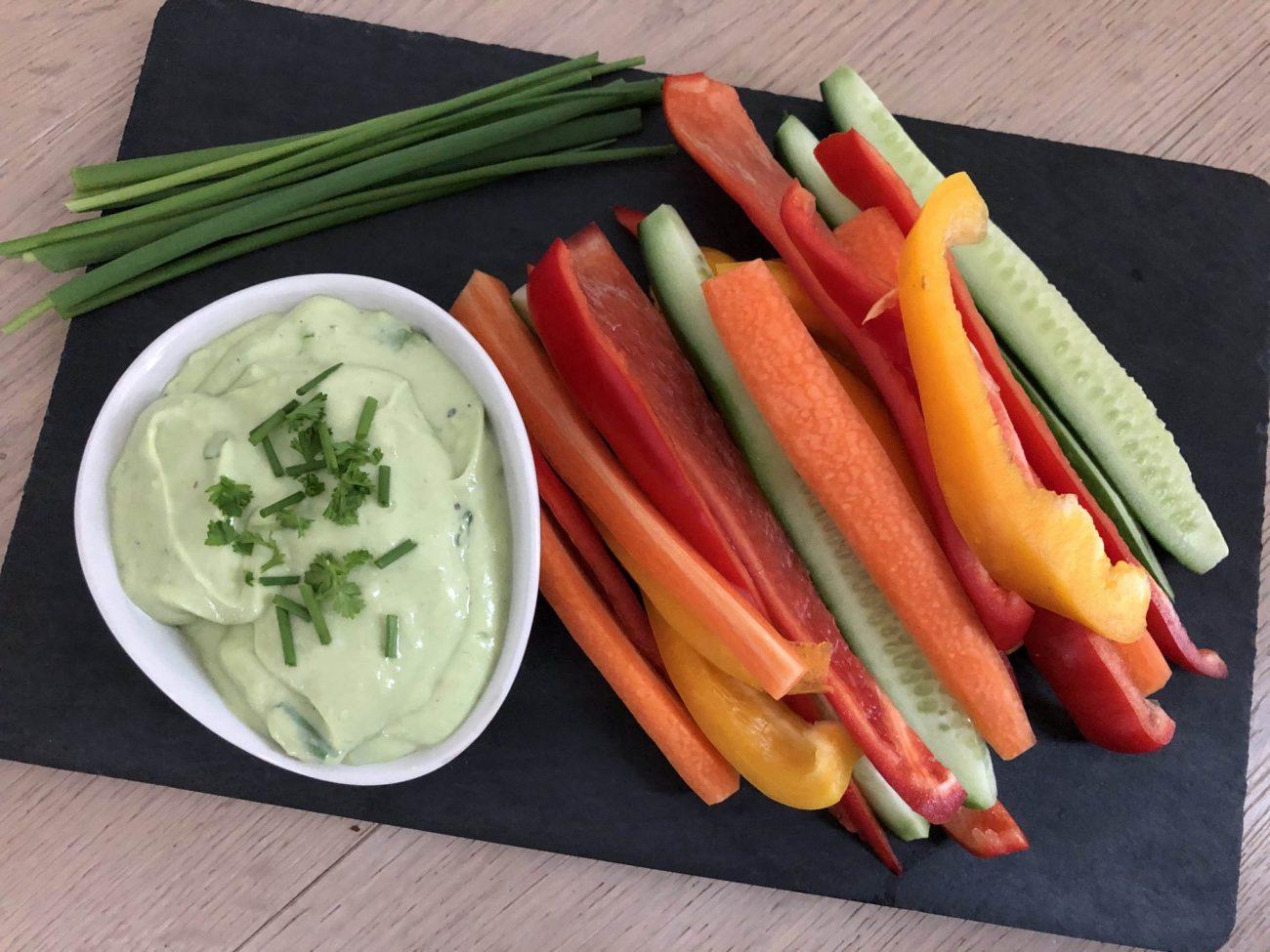 Gemüsesticks mit Avocado-Joghurt-Dip
