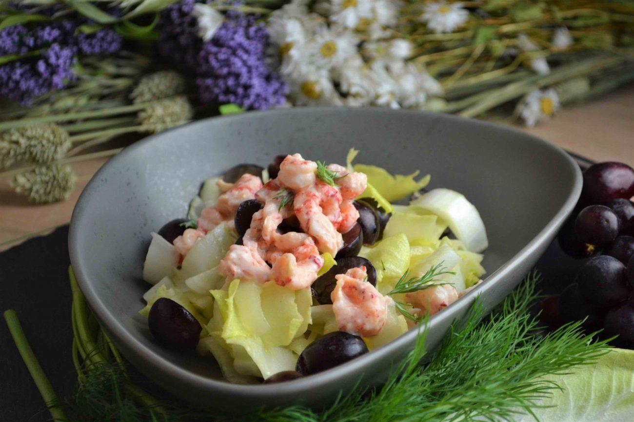Fruchtiger Chicorée-Salat mit Flusskrebsen