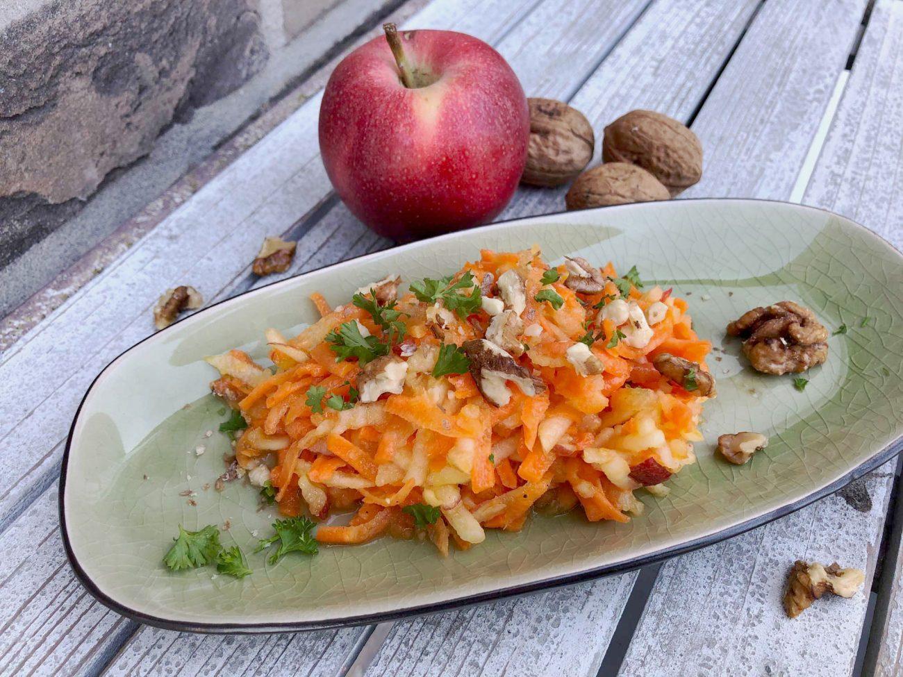 Apfel-Möhren-Salat mit Nüssen