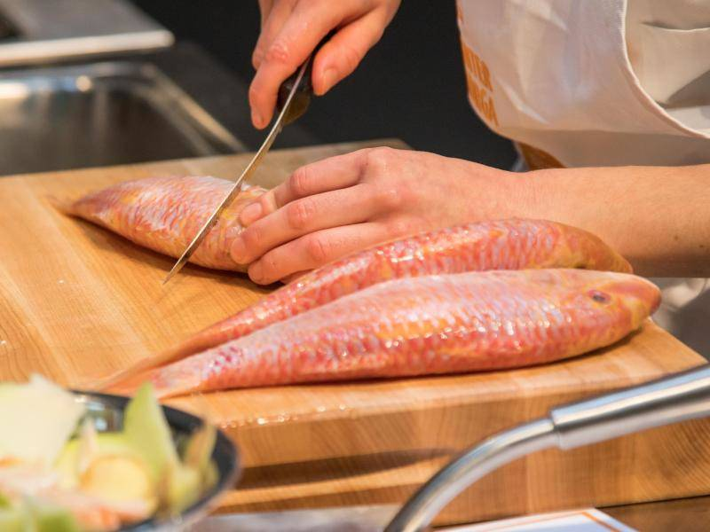 So bleibt der Fisch beim Braten flach